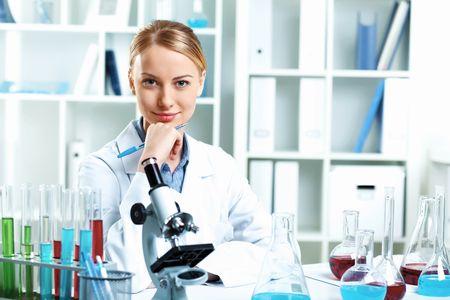 Лаборантка в лаборатории