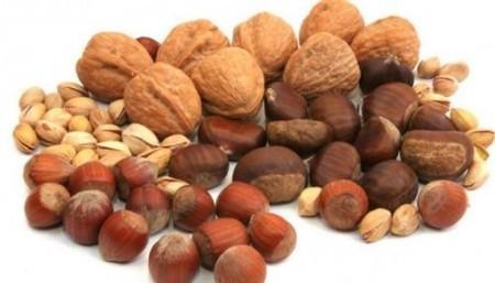 Разнообразные орехи обязательно включают в диету при повышенном холестерине
