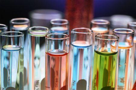 Лабораторные пробирки с жидкостью