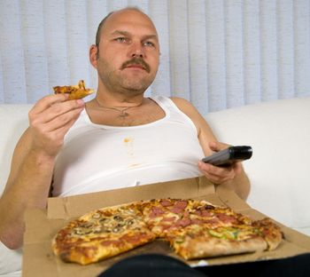 Переедание - одна из причин увеличения плохого холестерина