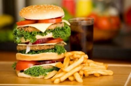 Неправильное питание - еще одна причина повышения холестерина